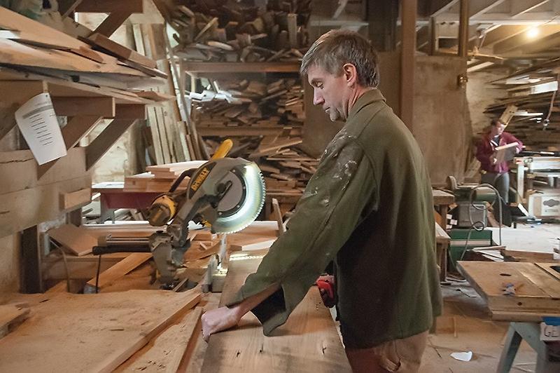 Muž pracující se dřevem